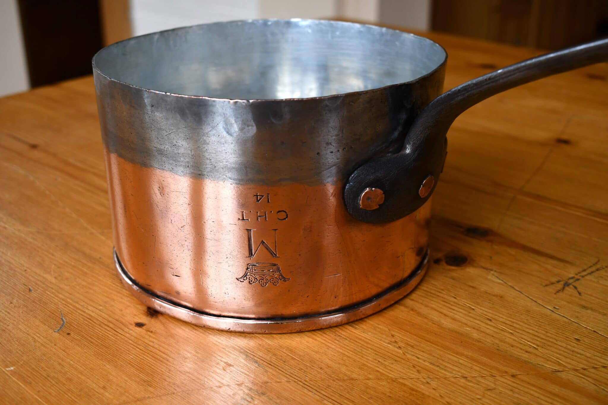 """18cm saucepan with inverted """"M"""""""